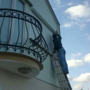 Монтаж защитных роллет на окна дома в Алуште 01