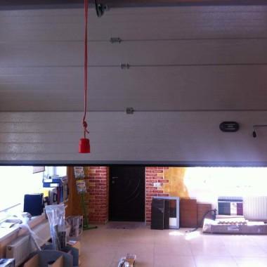 Рабочий образец секционных ворот ДорХан в офисе 25