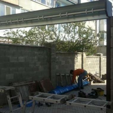 Монтаж роллетных въездных ворот коробом наружу