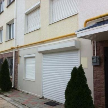 Монтаж защитных роллет на окна и двери гостиниц в Николаевке 03