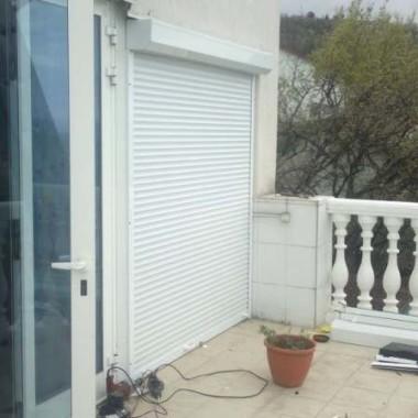 Монтаж защитных роллет на окна дома в Алуште 03