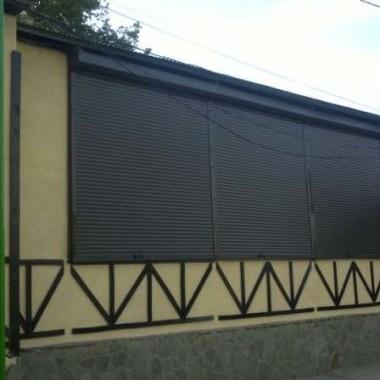 Установка роллет из профиля АР-55 на окнах и дверях столовой 04