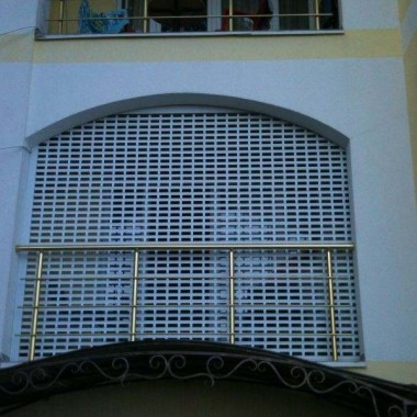 Защитные роллеты и роллетные ворота из решётчатого профиля в Гаспре 02