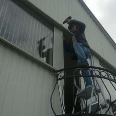Монтаж защитных роллет на окна дома в Алуште 04