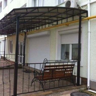 Монтаж защитных роллет на окна и двери гостиниц в Николаевке 02