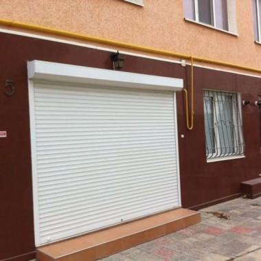 Монтаж защитных роллет на окна и двери гостиниц в Николаевке 06