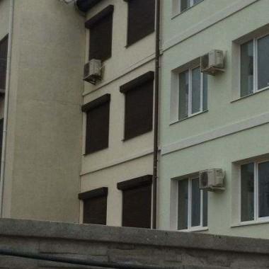 Монтаж защитных роллет на окна и двери гостиниц в Николаевке 07
