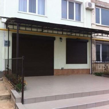 Монтаж защитных роллет на окна и двери гостиниц в Николаевке 04