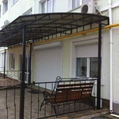 Монтаж защитных роллет на окна и двери гостиниц в Николаевке 05