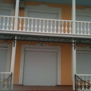 Монтаж роллет на окна и двери частной гостиницы на Донузлаве 01