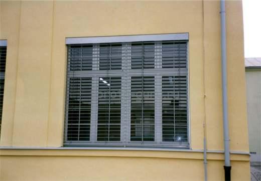 Наружные жалюзи на окнах коммерческого здания в Симферополе