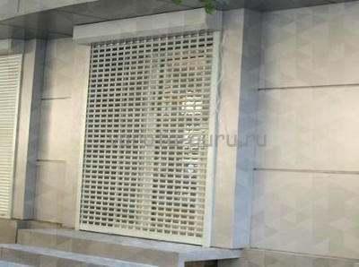 Для витрин и больших окон торговых помещений используют роллетные решетки